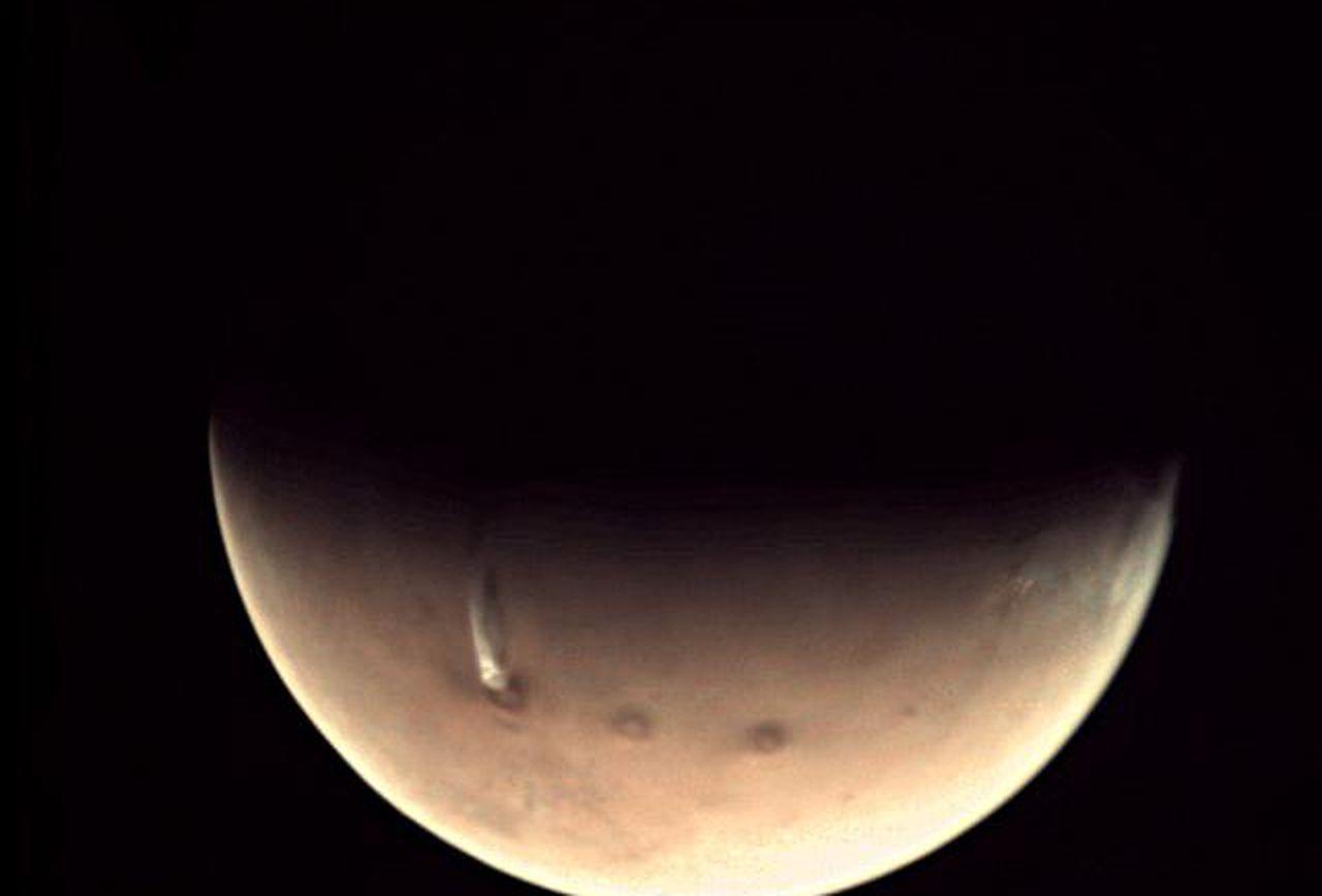 Đám mây dài 1.600 km xuất hiện trở lại trên núi lửa sao Hỏa - ảnh 2
