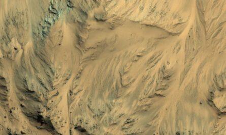 Следы потоков воды в марсианском кратере Мохаве