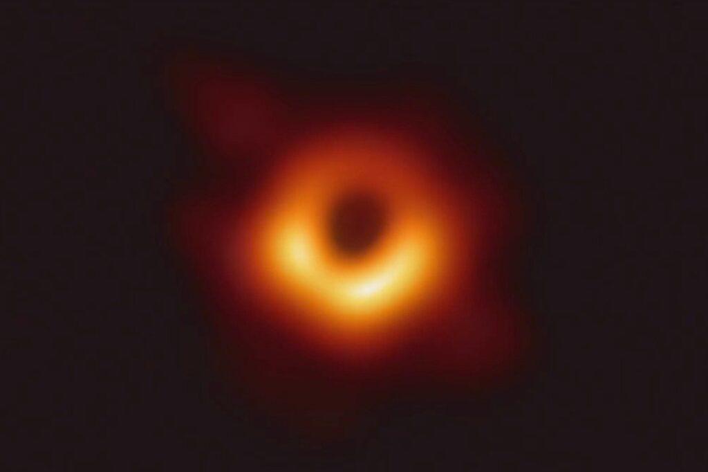 """Исследование: из черной дыры можно извлечь """"фрагменты истории"""""""