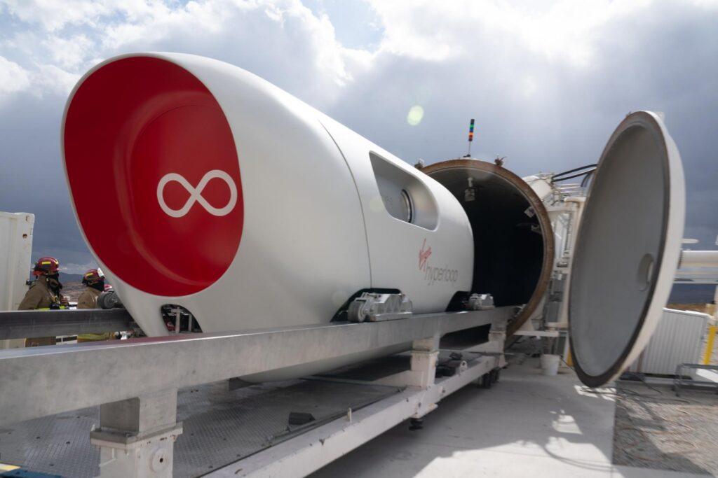 На вакуумном поезде Hyperloop проехали первые пассажиры