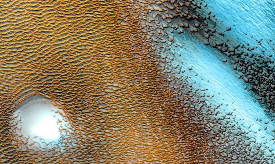 На потрясающем снимке NASA показаны ярко-голубые дюны Марса