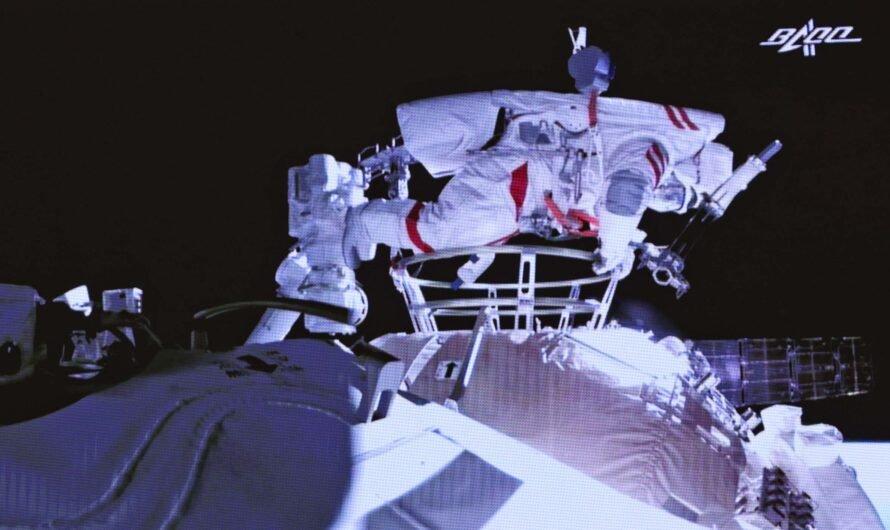 Тайконавты впервые за 13 лет вышли в открытый космос